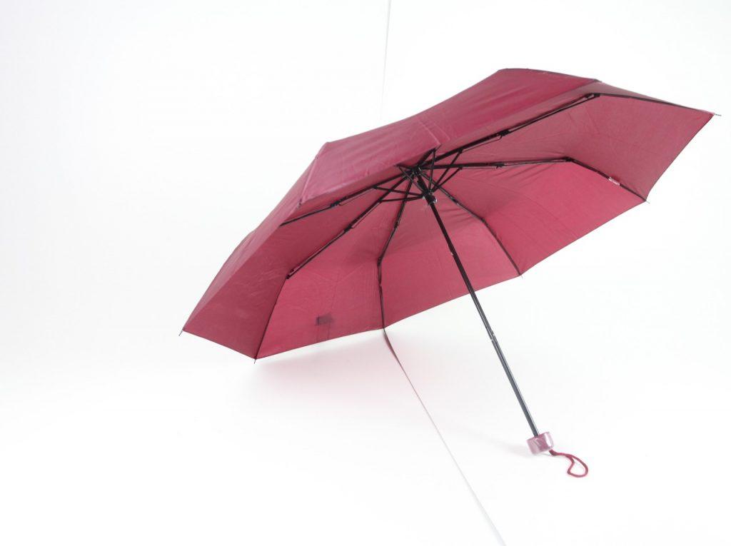Guarda-chuvas com vara de ferro cromada e 1.08 de diâmetro e cabo plástico anatômico em várias cores.